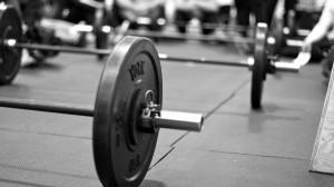 Barra con discos en el suelo de un gimnasio