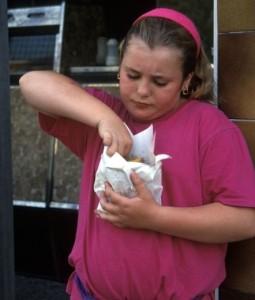 niña comiendo comida basura