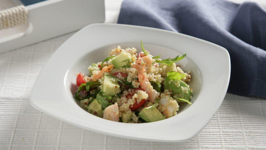 Receta fácil de Quinoa con aguacate, tomate y gambas